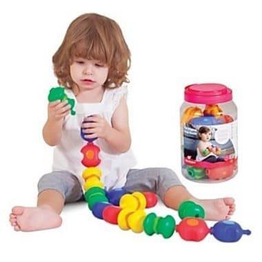מחשק השחלה שקע ותקע לפעוטות תמונת המחשה ילד משחק