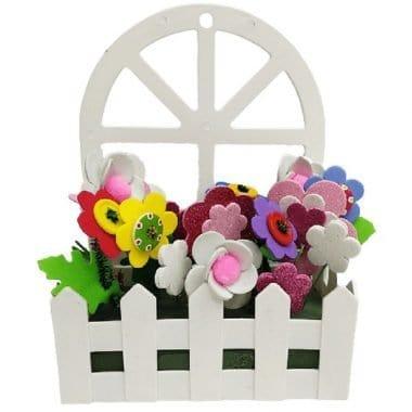 אדנית פלסטיק ליצירה עם חלון דוגמה עם פרחים