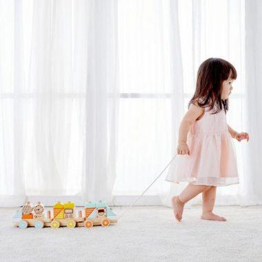 רכבת משיכה מעץ ילדה משחקת