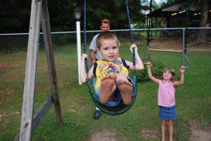 איך לבחור מגלשות לילדים ונדנדות לחצר